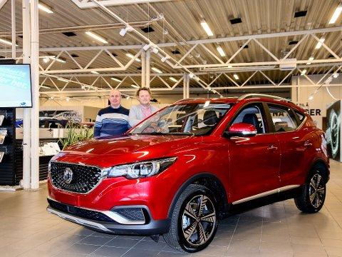 TATT MARKEDET MED STORM: Rune Hegstad og Martin Gjølberg ved Fredrikstad AutoCenter med den nye elbilen MG ZS som er utviklet av Kinas største bilfabrikk, SAIC Motors.