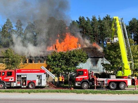 Det var klokken 17.30 full fyr i bygningen ved Rolvsøyveien, og flammene stod høyt over taket.