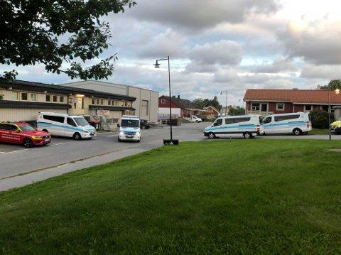 Både helsebussen, flere syketransportbiler og ambulanse er involvert i evakueringen. Her fra Smedbakken sykehjem, dit de evakuerte er fraktet (bla for flere bilder).