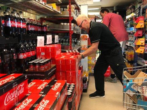 Kjøpmann Henning Solgaard er kritisk til de høye sukkeravgiftene, noe han fikk erfare da butikkens hans kunne tilby to Cola-bokser for 10 kroner.