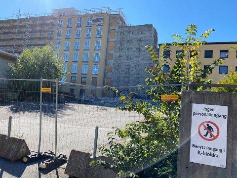 Det gamle sykehuset bygges om til hundrevis av leiligheter. En mann falt flere meter ned i en sjakt på byggeplassen tirsdag.