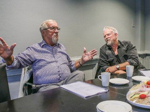 Dennis Storhøi (til høyre) har sagt ja til å spille Yngve Hågensen i stykket «Yngve - fra barnehjemmet til LO-toppen». Forestillingen som skulle hatt premieré i februar i år,  er nå utsatt.  Dette bildet ble tatt i august i fjor da det ble kjent at Storhøi skal spille rollen som Yngve.