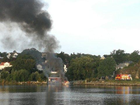 Det brant kraftig i den rundt 30 fot store båten på Kråkerøy torsdag morgen.