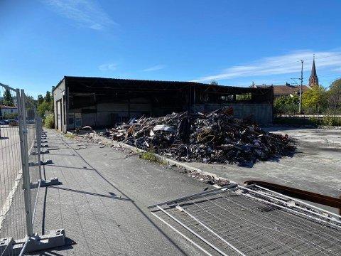 RYDDES: Branntomta på Dammyr skal nå ryddes. Men det vil ikke bli bygd nytt inntil videre.