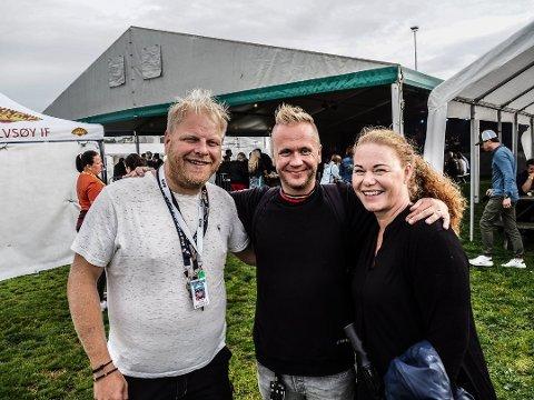 Fredrik Raae (t.v.) på fjorårets Bruken-festival sammen med tegnespråktolkene Håvard Halseth og Nina Torstensen. I år er den avlyst, men neste år blir det igjen festival i lokalsamfunnet.