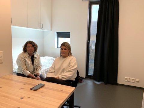 Pernille Jansen har bare sovet én natt i studenthybelen på Bjølstad siden hun overtok den 1. august. Hun og mamma Cathrin har forsøkt å si opp avtalen, men det er ikke mulig.