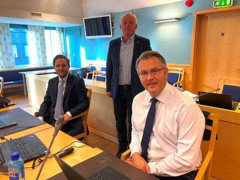 Daværende daglig leder Jack Valleraune (bak)i Park & Anlegg ble presentert av advokat Kjell-André Honerud (th) og advokat Simen Bergo.