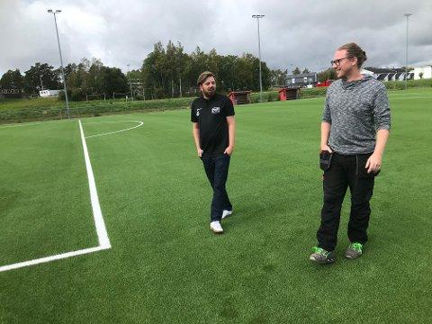 Markus Engen (til venstre) og Knut Olav Klingen tester ut det nye kunstgresset som er lagt på Begby.