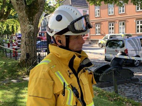Stein D. Laache er brannsjef i Fredrikstad kommune. Han ber folk om å holde seg unna store trær onsdag.