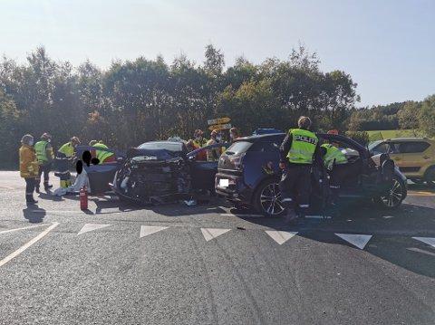 Fire personer var involvert i ulykken på Knapstad. Alle er tatt hånd om av ambulansepersonellet.