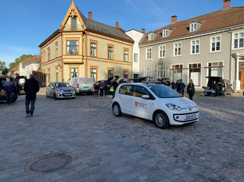 Det ble hektisk i Gamlebyen torsdag da en trafikkbetjent skulle ta sin kontrollrunde samtidig som Reko-ringen hadde utlevering av varer. Etter det FB kjenner ti, tilhører bilene på bildet produsenter og ikke kunder som har parkert.