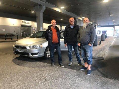 Bussjåførene Tommy Johansen (f.v.), Jan Egil Eriksen og Jens Petter Jørgensen står streikevakt på Fredrikstad bussterminal søndag morgen. De forteller at de så langt er blitt møtt med forståelse fra busspassasjerene som har måttet gjøre vendereis.