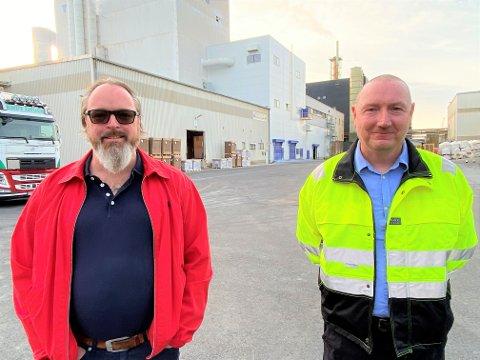 Hovedtillitsvalgt Per Øistein Kivijärvi (til venstre) og administrerende direktør Jan Klauset ved Kronos Titan fikk den oppløftende meldingen om at NOAH kan forlenge levetiden for mottaket på Langøya.