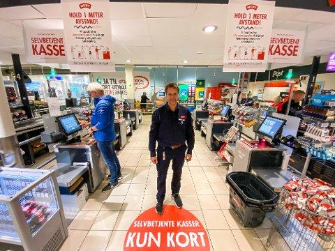 Meny-kjøpmannen Rino Alslie på Meny Begby har fått gode tilbakemeldinger fra kunder og er godt fornøyd med de selvbetjente kassene i butikken.