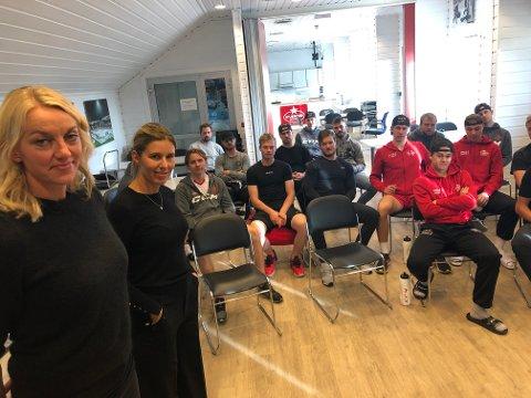 Prosjektleder for Fredrikstad Elite, Anette Hovind Johansen, og Karianne Stensen Gulliksen fra Idrettens Karrièresenter sammen med A-laget til Stjernen. Flere spillere hadde spørsmål rundt utdanning og livet etter hockeyen.