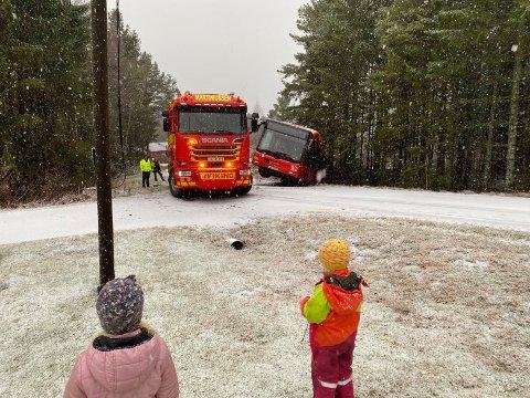 Tungberger måtte til for å få bussen som kjørte ut i Thorsøveien, opp av grøfta igjen.