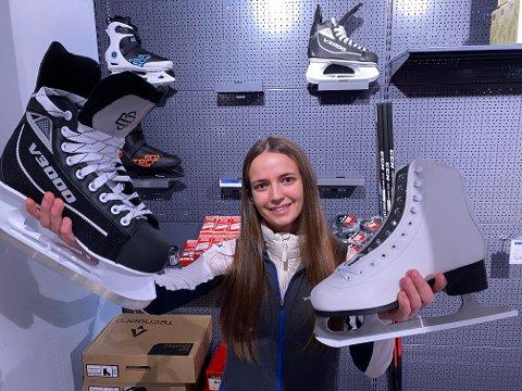 Celine Lørdahl er butikksjef i Intersport Fredrikstad Torvbyen og selger mange skøyter nå i januar. Det begynner å bli utplukket men hun får stadig inn noen skøyter fra hovedlageret.
