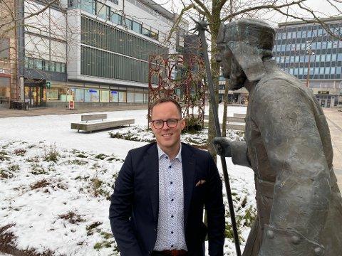 Dag Erik Stangstuen er kåret til en av landets ti fremste salgsledere. Nå har han ansvar for Gjensidiges kontor i Fredrikstad med 100 ansatte og 500 millioner kroner i årlig  omsetning. Her utenfor kontorene på Stortorvet med Vækteren som er  logoen til Gjensidige.
