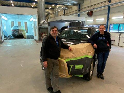 Driftsleder Ilir Berisha (tv) er stolt over sin nye skade- og lakk avdeling, BilXtra Torp bilservice avdeling S&V på Kjølberg industriområde. Han påtar seg også oppgaver for andre bilverksteder i området. Anders Oven er imponert over hva  Berisha har fått til.