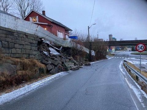 RASTE UT: En stor del av en stenmur har rast ut i Grålumveien.
