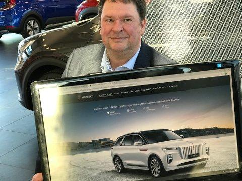Gunnar Hattrem ved Motor Forum i Fredrikstad har foreløpig kun den kinesiske luksusbilen på PC`en. Men den skal komme i mars/april.