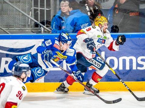 NY SPILLER: Tidligere Lillehammer-spiller Joey Benik har signert for Sparta og han kommer til Sarpsborg i dag (onsdag). Her ser vi Benik i en duell med Martin Grönberg i en tidligere kamp mot Sparta.