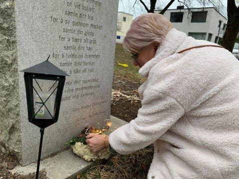 Mor Elfet Selaci la ned blomster og 27-årsstjerneskudd ved minnemonumentet til 22. juli i Lykkebergparken. Lørdag 9. januar ville datteren Lejla fylt 27 år.