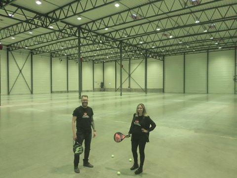 I denne enorme lagerhallen skal det om få måneder være et yrende liv. Padel-feberen skal få fotfeste også  i Fredrikstad, håper Jonas og Amanda Røsstad-Larsen.