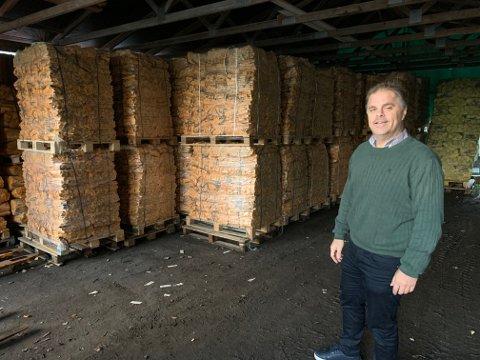 Trond Forsberg har importert ved fra Estland siden 1999. Han har aldri opplevd slik etterspørsel som i år. Og heller ikke slike problemer. Foto:Ivar Brynildsen