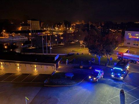 FIKK BRANNMELDING: Nødetatene rykket ut til restaurant på Kråkerøy søndag kveld. Til venstre i bildet ses røk som stiger opp fra utsiden av restauranten.