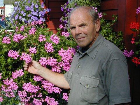 BLOMSTER: Johannes Gaustad i haven hjemme på Gaustad.