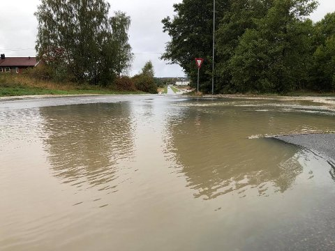 Lørdag formiddag lå Begbyveien under vann etter det langvarige regnet. Slik kan det også bli søndag.