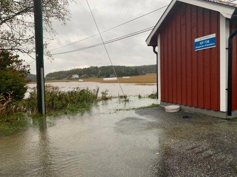 Også søndag er det store vannmengder mange steder, som her i Torsnes. Men regnet skal avta i kveld.