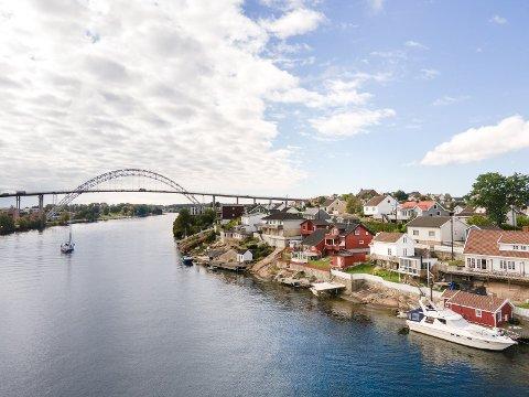 Den noe uvanlige eneboligen nedenfor Kiæråsen/Lahelle ligger ute for salg.