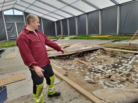 Prosjektleder Christian Løchsen Rødsrud ved avtrykket etter Gjellestadskipet.