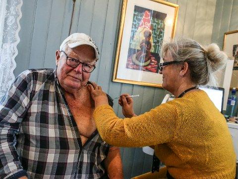 Arne Sejerstedt (84) fra Kirkeøy var blant de som fikk siste vaksinedose i Folkets Hus-bygget, men samtidig var han en av de første til å få den såkalte «booster»-vaksinen av helsesøster og sykepleier Grethe Johannessen.
