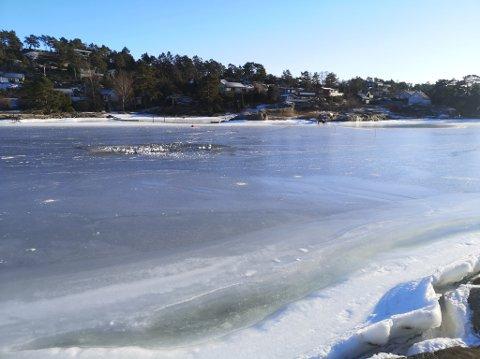 Her er hullet i isen etter ATV-ulykken lørdag. Kjøretøyet ligger fremdeles i sjøen. (Foto: Klas Pettersen)