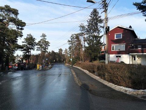 Krysset Fagerliveien/Bratthammeren/Lisleby allé. Herfra skal kommunen grave seg gjennom Lisleby allé for å få på plass både vann- og avløpsledninger, ny sykkelvei og nytt fortau. Dermed blir det ingen gjennomgangstrafikk her de neste månedene.