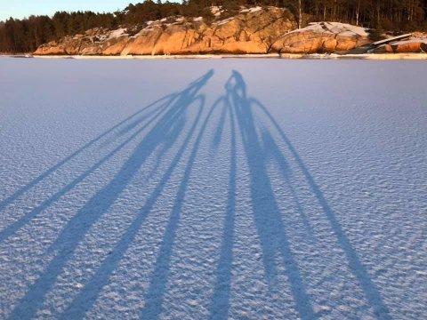 Rasmus Leiro (50) og Gard Antonsen (51) syklet rundt Torsnes – på havisen i gnistrende vintersol tidligere denne måneden