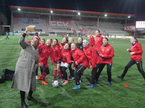 Varaordfører Siri Martinsen var denne uken på FFK-trening der hun holdt foredrag for klubbens J17-lag.