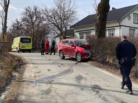 En bil har kjørt ut i Skjelinveien.