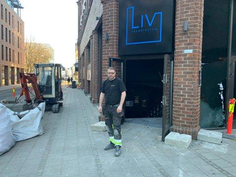 Lars J. Langsholt jobber dag og kveld for å få lokalene klare til åpning i sommer.