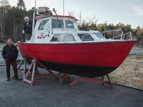 Tusenkunstnerne Tom Ragnar Mathisen (til v.) og Jan Erik Olsen i Øyenkilen har bygget sammen to gamle snekker og resultatet er FFK-snekka som skal sjøsettes til sommeren.
