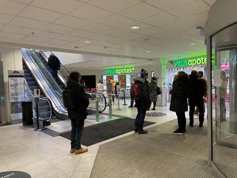 Slik så køen til Vinmonopolet i Torvbyen ut fredag ettermiddag klokken 15.00.