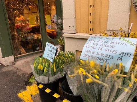 Enn så lenge må blomsterforretningene selge over telefon og nett i stedet for over disk. Til uken kan det komme endringer.