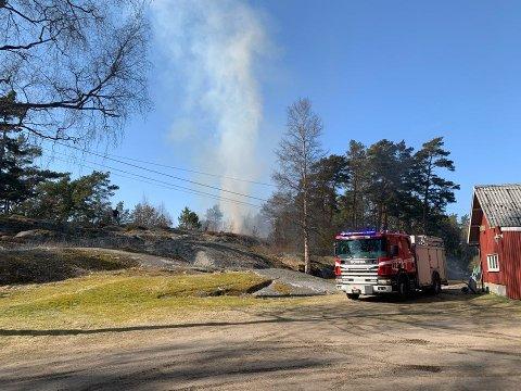 Det brenner i et 200-300 kvadratmeter stort område i Torsnes