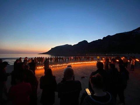 Søndag kveld tok ungdommene i Meløy et spontant farvel med sin avdøde venn.