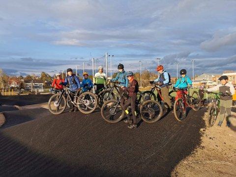 Disse syklistene fra Fredrikstad sykkelklubb var blant de første til å teste den nye banen.