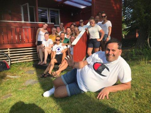 Her er Thomas Bråthen ( i forkant) midtpunktet foran laget under en samling på hytta til FBK-leder Monique Blystad og ektemannen Knut Anders  Blystad foran 2019-20 sesongen.