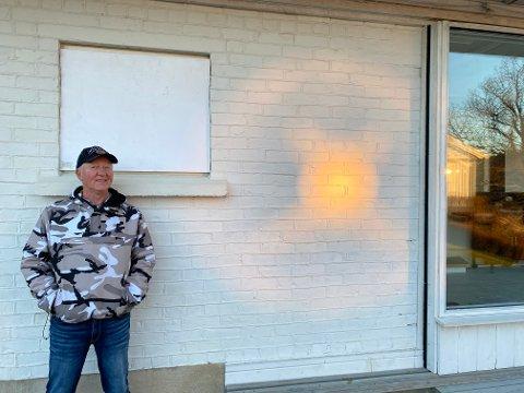 Tommy Olafsen viser oss solkrysset på veggen, det er en refleks, men hvorfor akkurat dette underlige mønsteret?